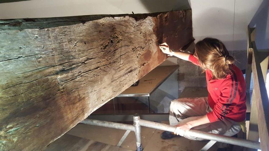 El Museu d'Història Medieval de la Cúria-Presó, s. XIV restaura dues bigues de fusta