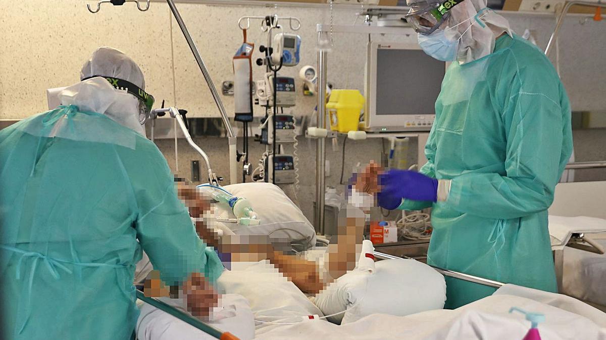 Personal sanitario atiende a un enfermo de COVID. |   // R. GROBAS