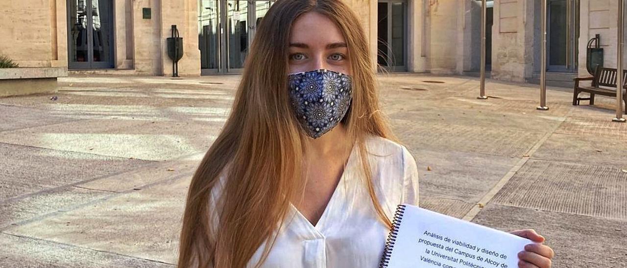 Ainoa Mataix muestra su trabajo de final de grado en el Campus de Alcoy de la Universitat Politècnica de València.