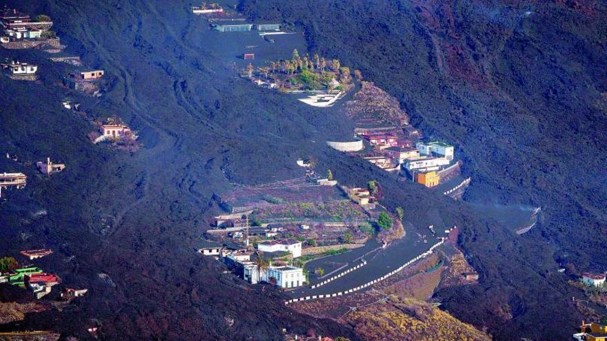 Una montaña separa la lava y el mar