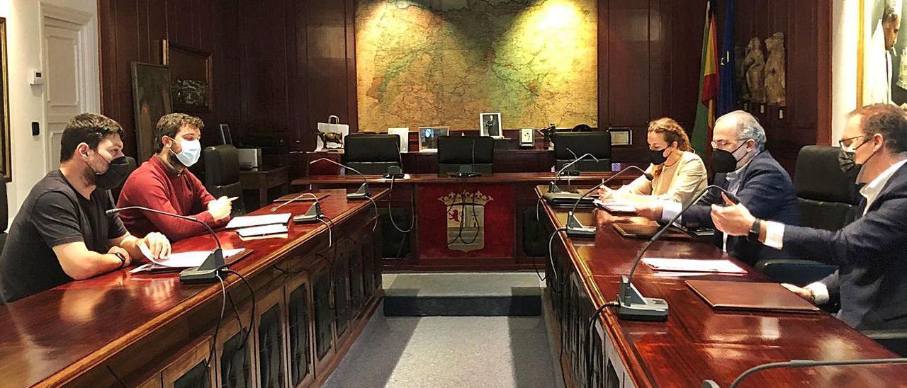 Por la izquierda, el edil Ismael González y el alcalde, Óscar Pérez, durante la reunión con Silvia Pérez; el presidente en funciones de la Cámara, José Manuel Ferreira, y el director de desarrollo empresarial, Ignacio Iglesias.   R. T. C.