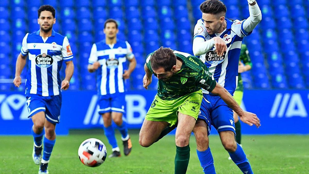 Rayco intenta superar a un jugador del Guijuelo ayer en Riazor.    // CARLOS PARDELLAS