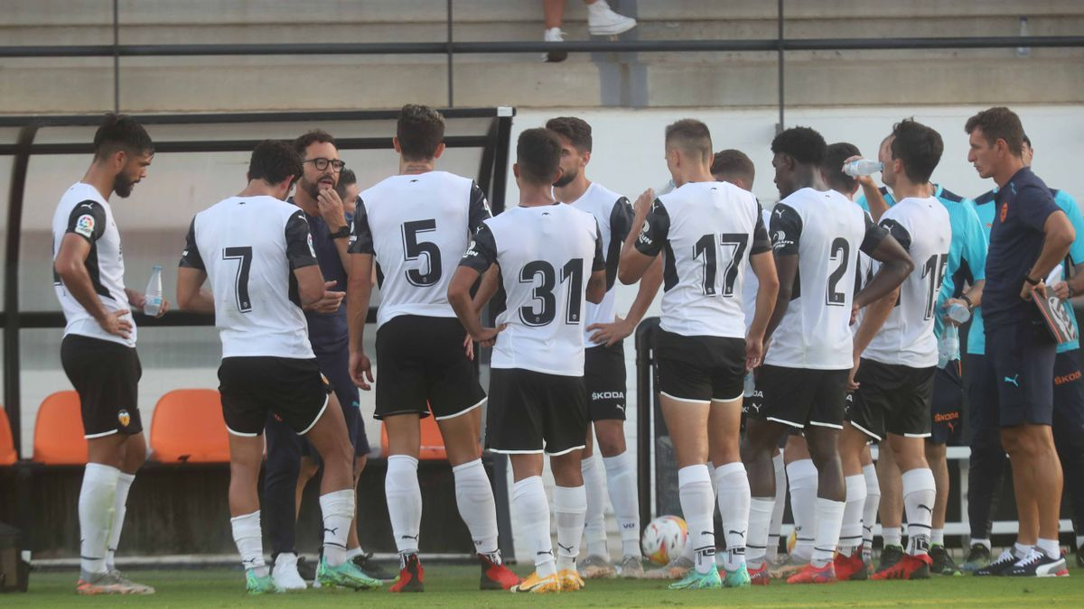 Varios jugadores del Valencia, durante una pausa de hidratación