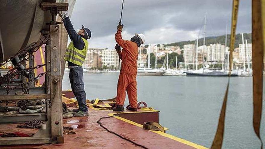 Los estibadores mantienen  vivo el tráfico de mercancías