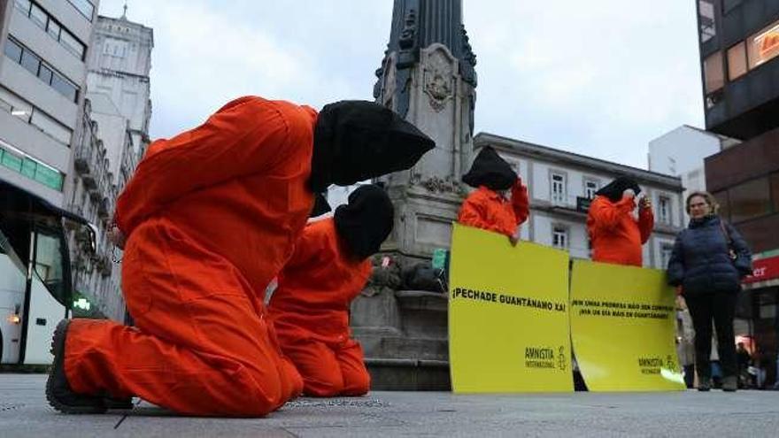 Activistas de Amnistía Internacional exigen en Vigo el cierre de Guantánamo