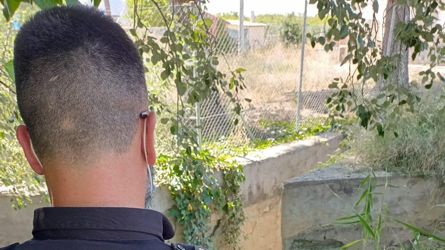 Cinco policías se lanzan a una acequia para salvar a una mujer que casi se ahoga en Orihuela