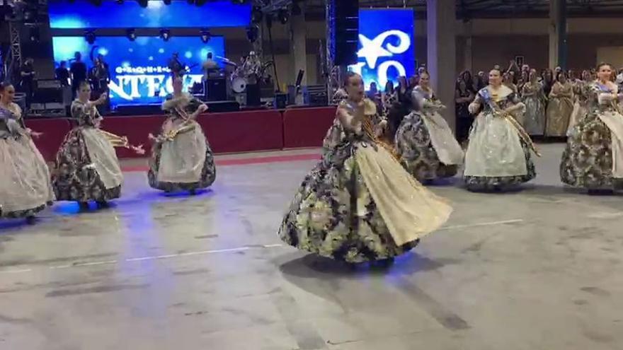 """VÍDEO - Un baile y un símbolo para las Fallas: Consuelo, la corte y """"I will survive"""""""