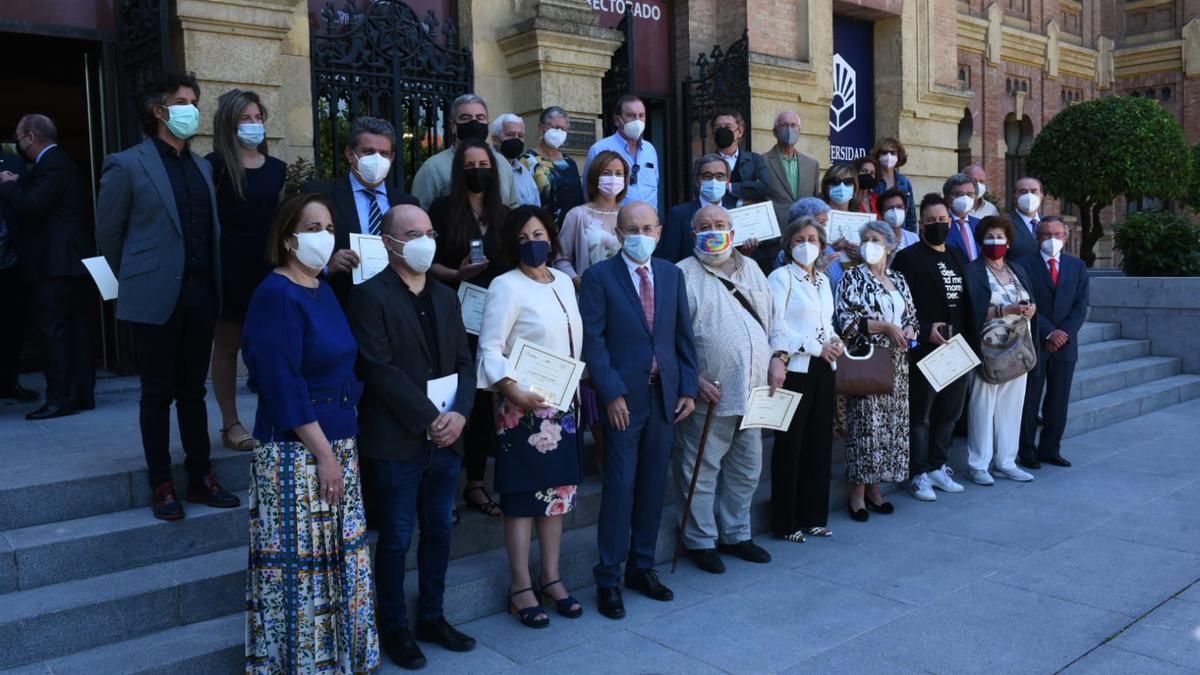 Foto de familia de ateneístas con autoridades y receptores de las fiambreas de oro y plata.