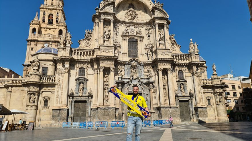 La pasión por el Villarreal llega hasta Murcia, donde Carlos dedica a su padre la histórica final