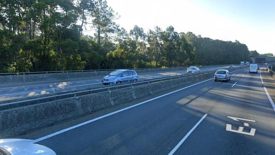 Retenciones en la AP-9 tras la salida de vía de un coche
