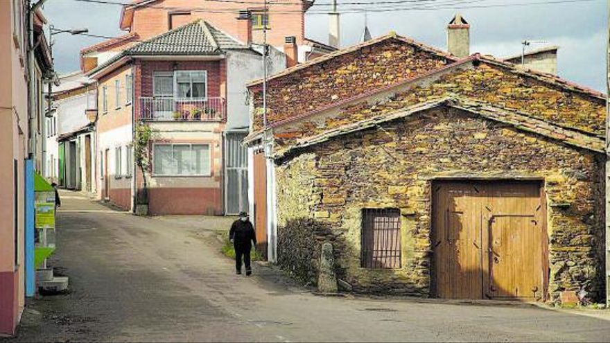Una calle del municipio de Rabanales, en la comarca de Aliste. | José Luis Fernández