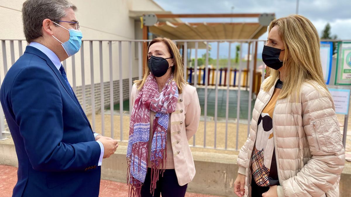 La concejal Belén López, junto a los ediles Jesús Pacheco y Pilar Torres, y el presidente de la Junta Municipal de La Paz, Rafael Gómez, visita la Escuela Infantil de este barrio