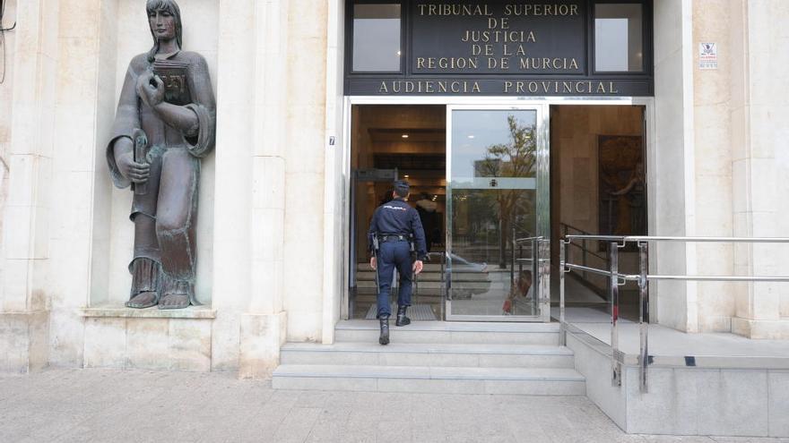 La justicia entrega a un camarero los 4.200 euros que encontró en una chaqueta