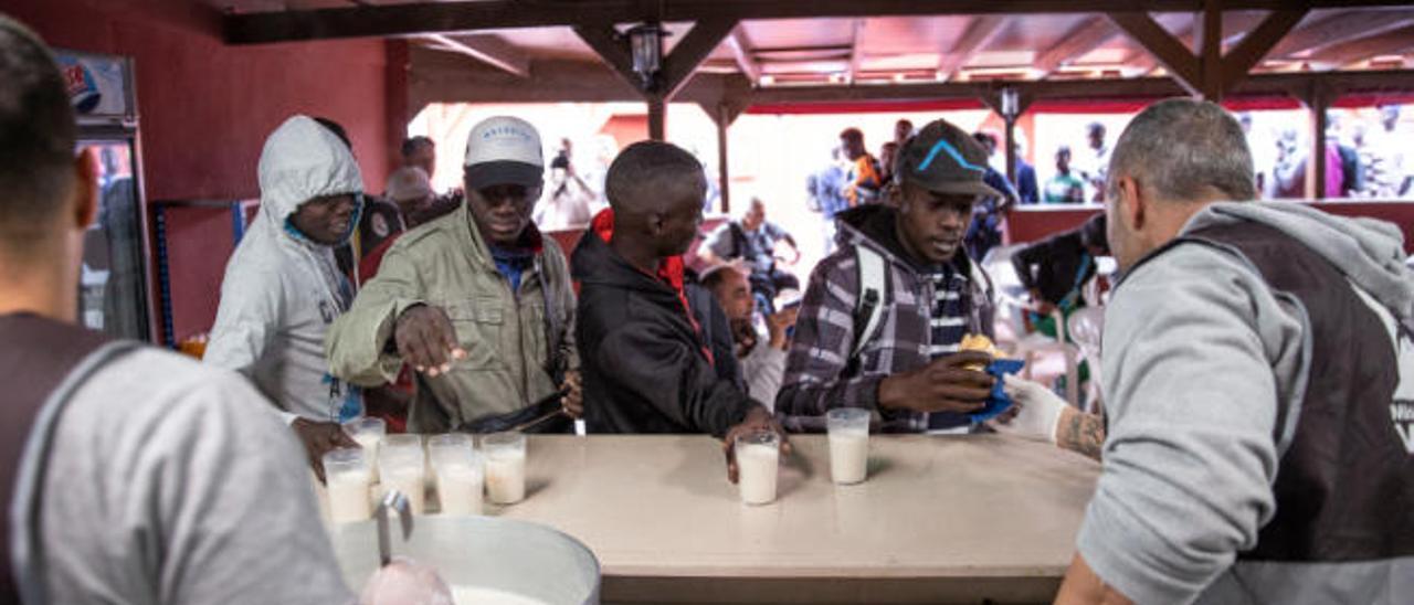 Inmigrantes alojados en el centro de acogida en Fuerteventura en la hora de la merienda.