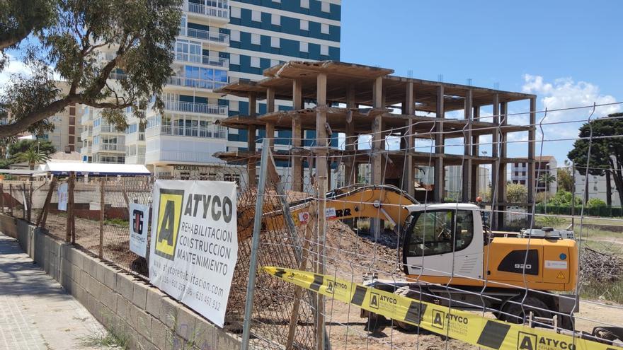 Derriban la estructura junto a los apartamentos Hawai de Benicàssim
