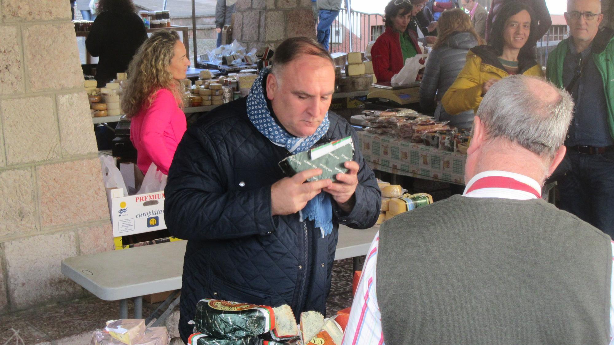 José Andrés, promocionando los productos asturianos en el mercado de Cangas de Onís