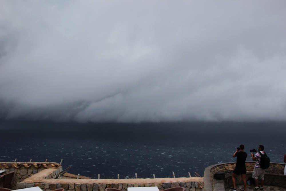 Blick auf das Gewitter bei Sa Foradada an der Nordwestküste.
