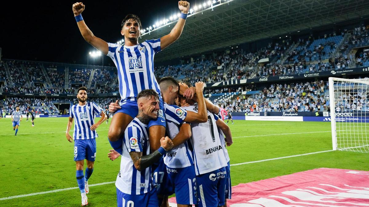 Los blanquiazules celebran el primer gol de Paulino.