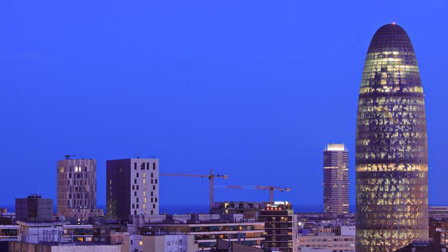 Un desconocido escala la Torre Agbar de Barcelona