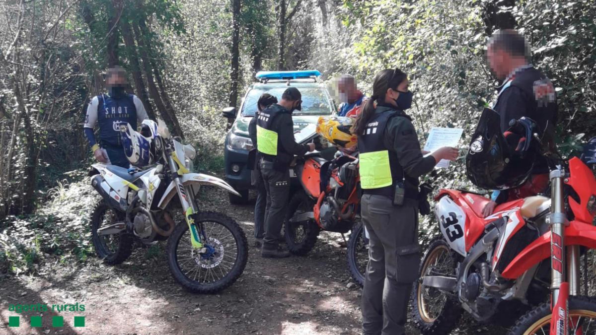Agents Rurals multant a motoristes.