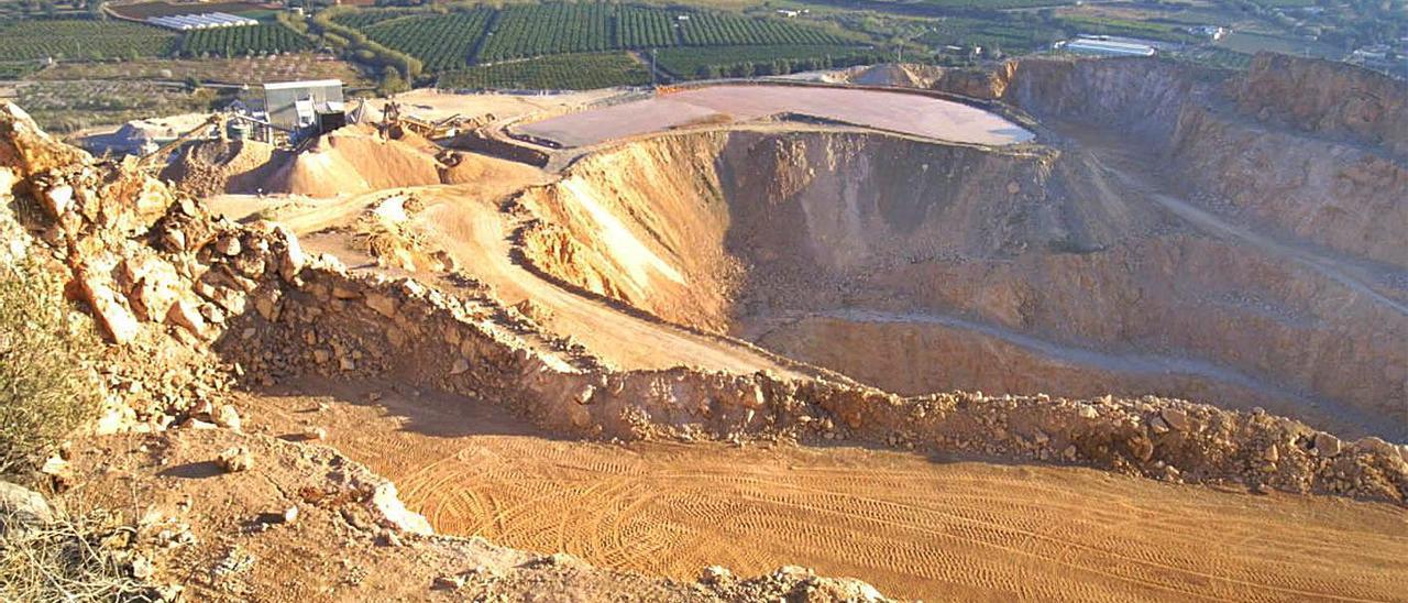 Vista de la antigua cantera, que dañó la Serra Perensixa. | L-EMV