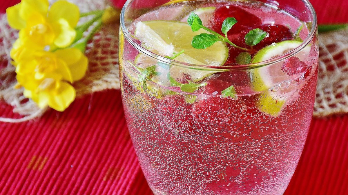 Agua mineral con limón.