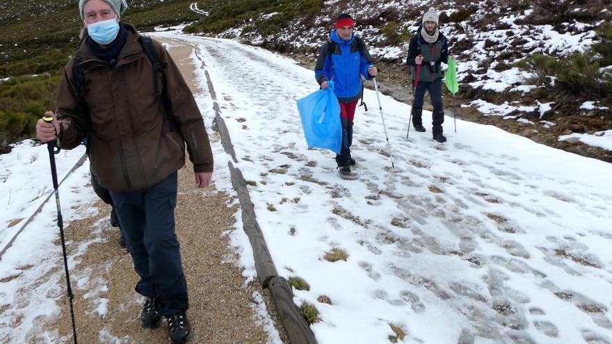 Recogida de residuos en la sierra de Sanabria en el Dia de la Montaña