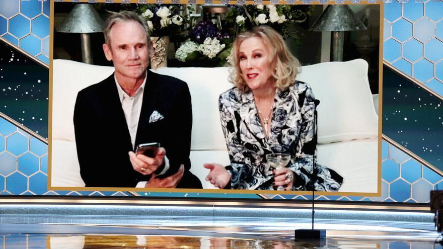 Catherine O'Hara, con Bo Welch, acepta el premio a Mejor Actriz de televisión