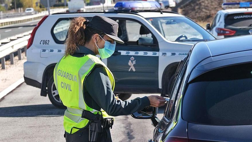 Una agente de la Guardia Civil comprueba la documentación de un conductor en Villena.