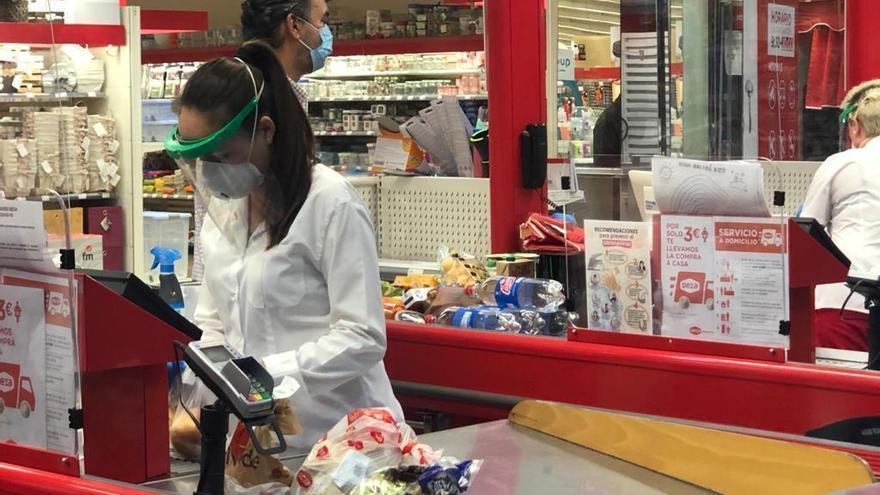 Coronavirus: Deza entrega protectores faciales a su personal de caja