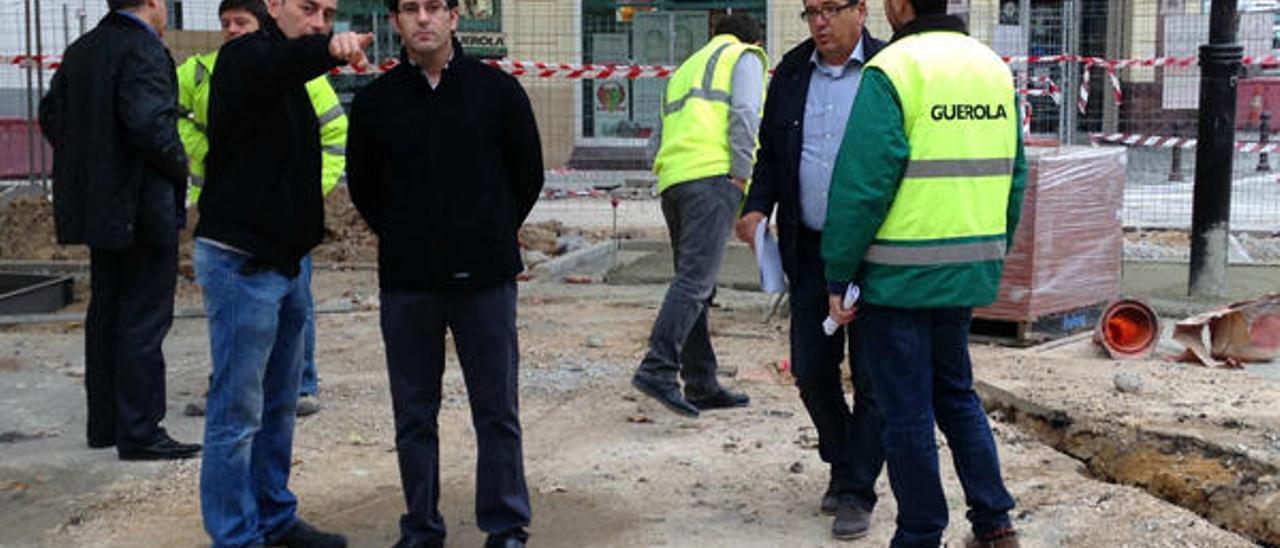 Comienza el asfaltado de la parte central de la plaza de la Coronació