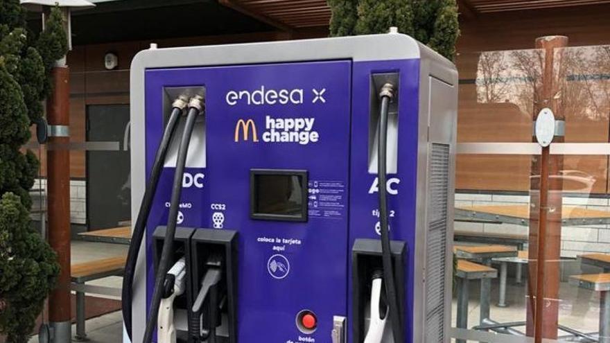 Endesa y McDonald's inauguran puntos de recarga para vehículos eléctricos en tres restaurantes