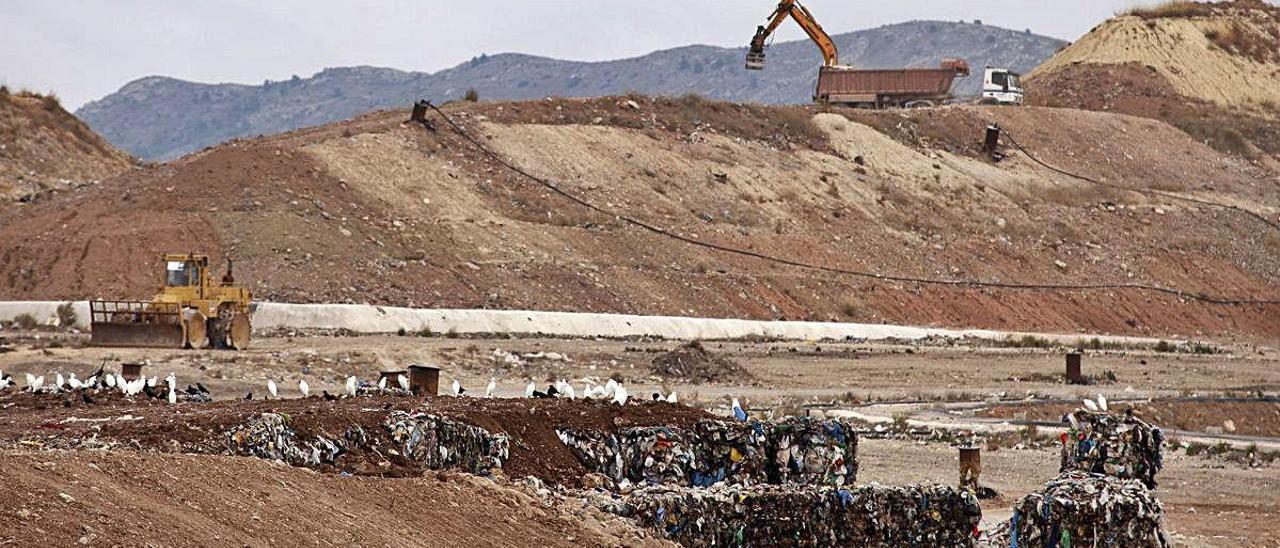 Recinto exterior de la planta de tratamiento de residuos de Villena que gestiona el Consorcio Crea.