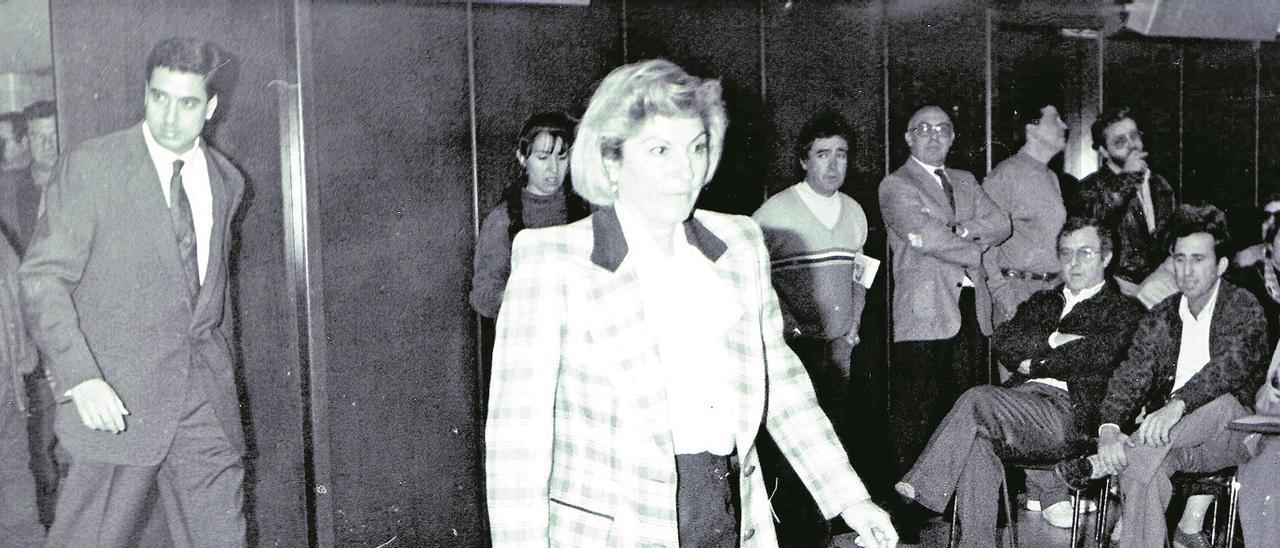 Maruja Sánchez, seguida de Eduardo Zaplana, el día de la moción de censura que encumbró al primero en 1991 como alcalde de Benidorm. Levante-EMV