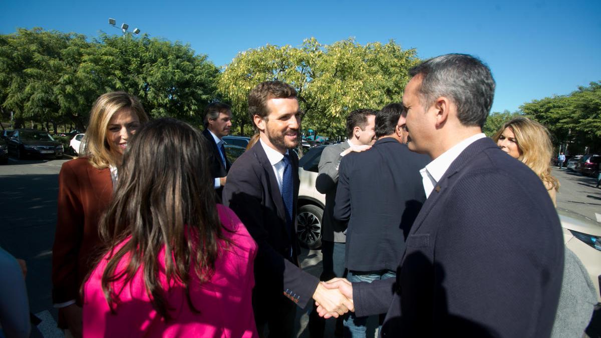 César Sánchez saluda a Pablo Casado en un acto celebrado en Alicante.