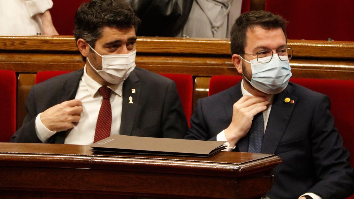 El vicepresident del Govern, Jordi Puigneró, i el president Aragonès durant el ple d'avui