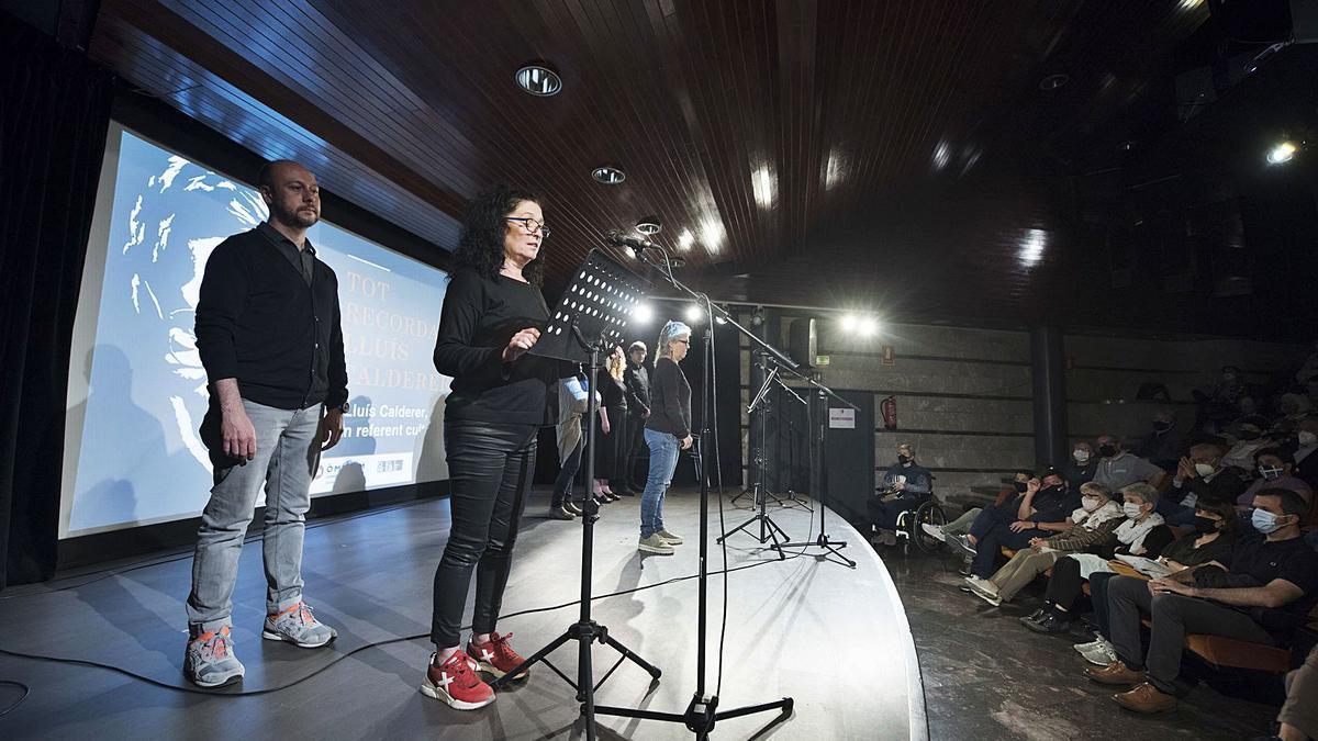 Lectura de poemes de Lluís Calderer en l'homenatge que va tenir lloc ahir a l'auditori de la Plana de l'Om   MIREIA ARSO