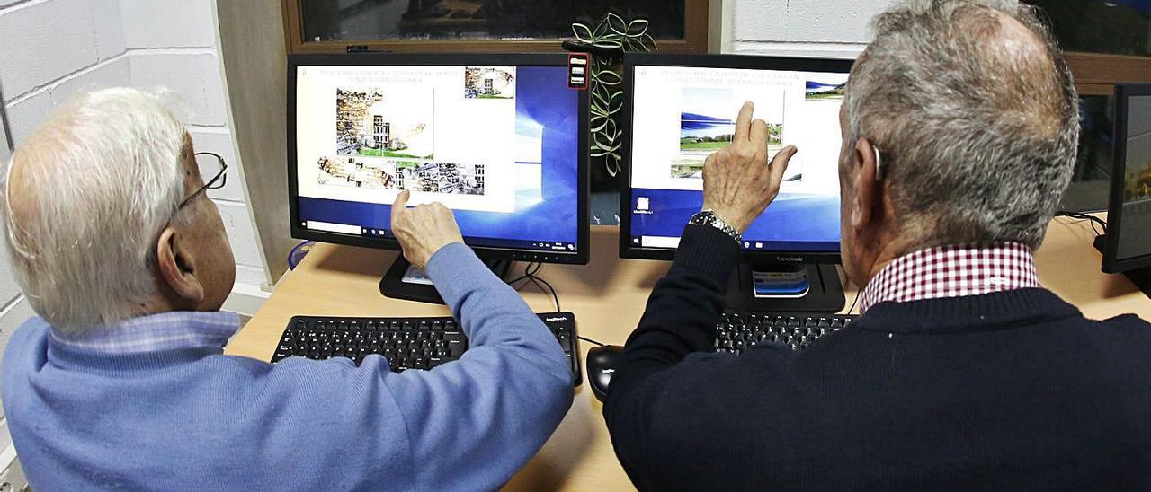Imagen de archivo de uso de ordenador para rehabilitación neurológica. |   // RICARDO GROBAS