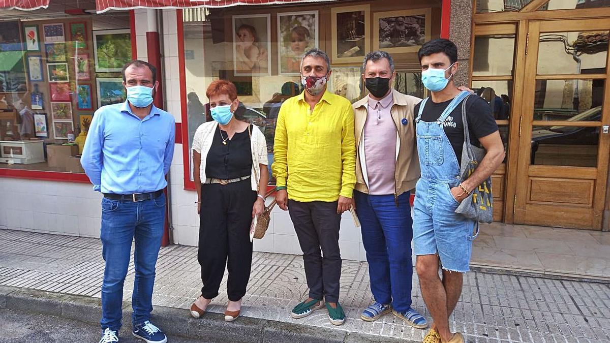 Pela derecha, Rodrigo Cuevas, Sergi Martí, Ignacio Somovilla, Azucena Iglesias y Iván Allende, delantre d'ún de los escaparates de la esposición.   M. Villoria