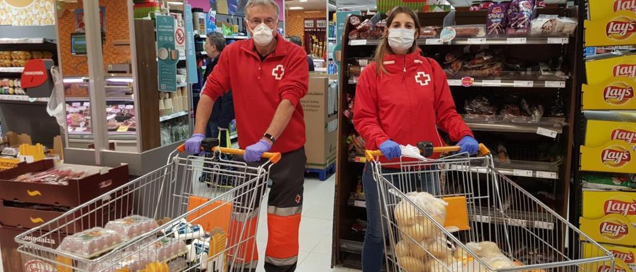 Voluntarios de Cruz Roja hacen la compra para usuarios.