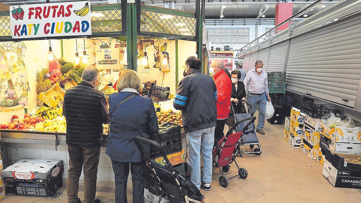 Clientes compran en el mercado de Santa Florentina.