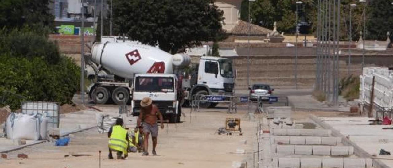 Unos operarios trabajan en las obras del nuevo vial por detrás del cementerio en Xàtiva.