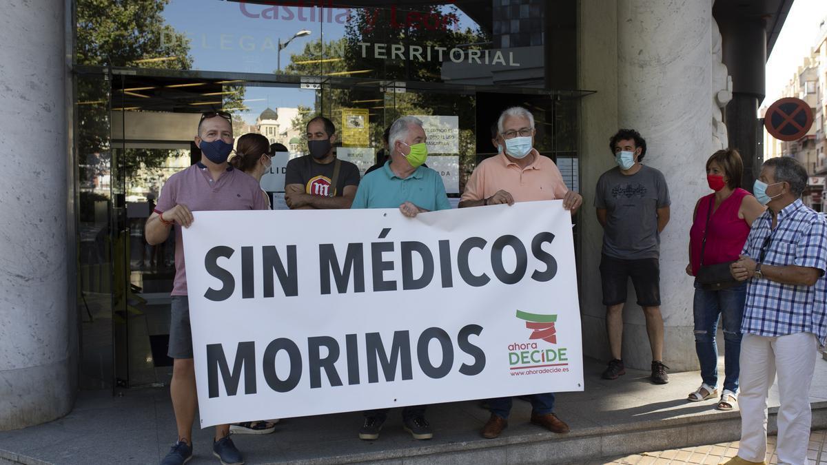 Alcaldes de Ahora Decide en la entrega del documento ante la Delegación Territorial de la Junta, en Zamora