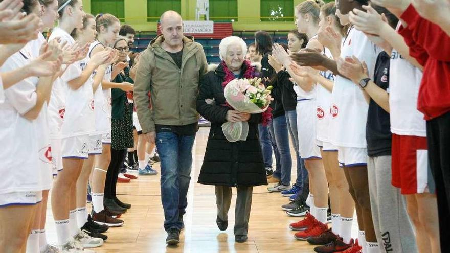 La madre y el hermano de Juan de Mena reciben un ramo de flores en memoria del entrenador
