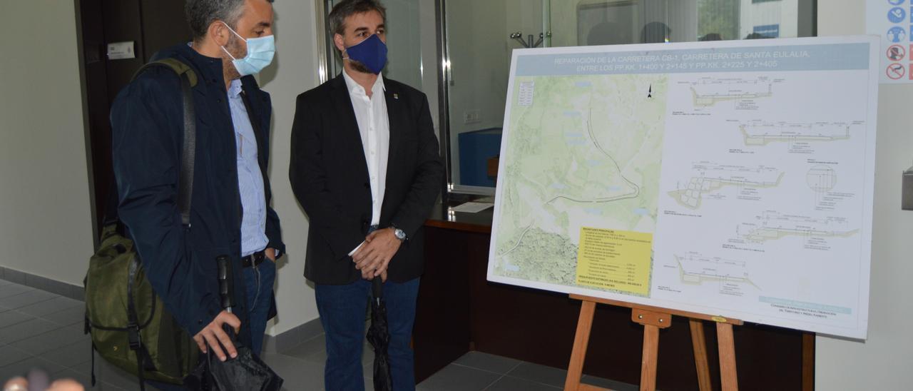 El alcalde de Cabranes (derecha), junto al consejero Alejandro Calvo, con quien se reunió ayer para abordar necesidades de infraestructuras de comunicación en el concejo.