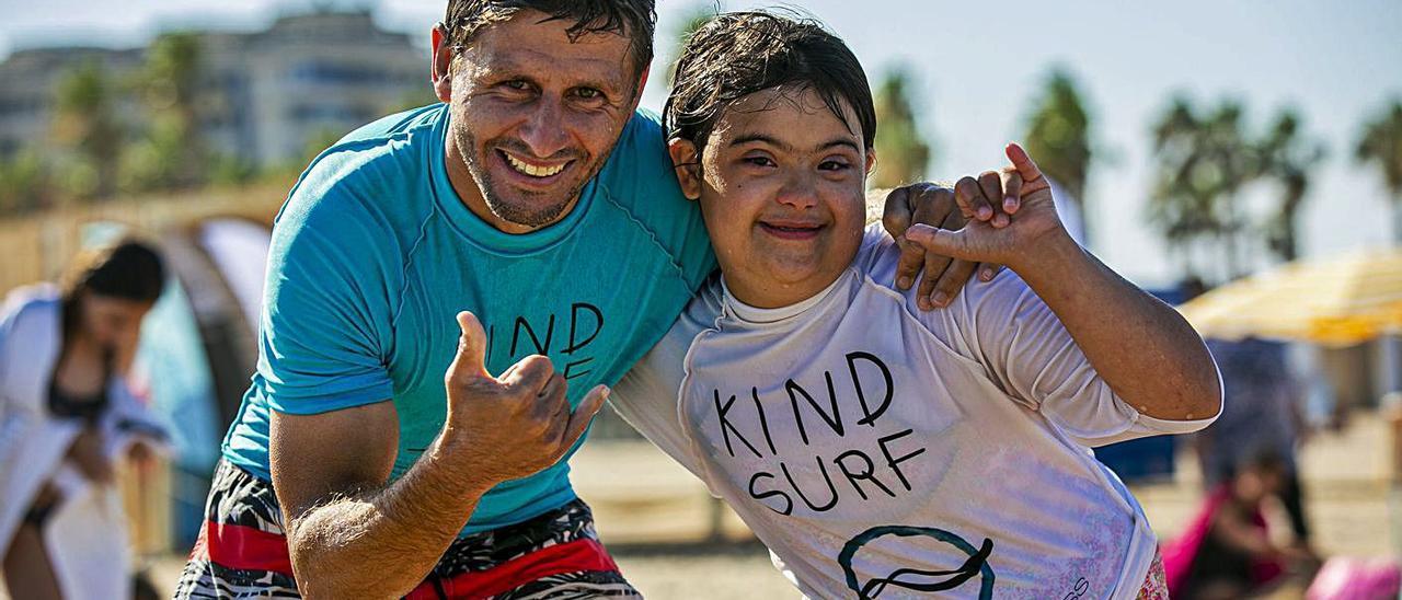 Un instructor amb el seu alumne durant una jornada de l'escola d'estiu a Alboraia.   A.A.