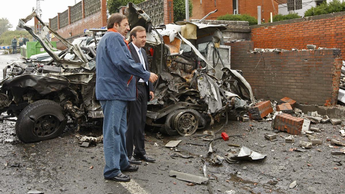 En 2007 con Paulino Luesma en cuartel de la Guardia Civil de Durango (Vizaya), donde una furgoneta Citroen C-15 hizo explosión causando heridas leves a dos guardias civiles y cuantiosos daños materiales