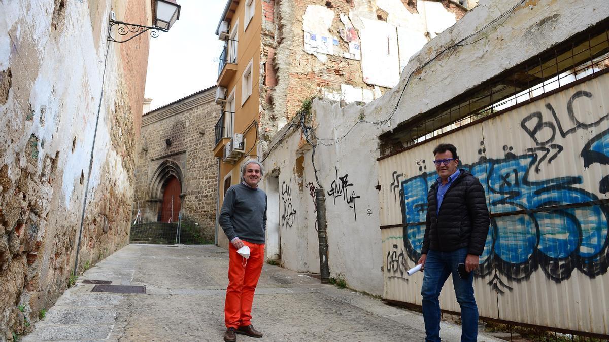 Valverde (izquierda) y otro directivo, en una zona degradada del centro.