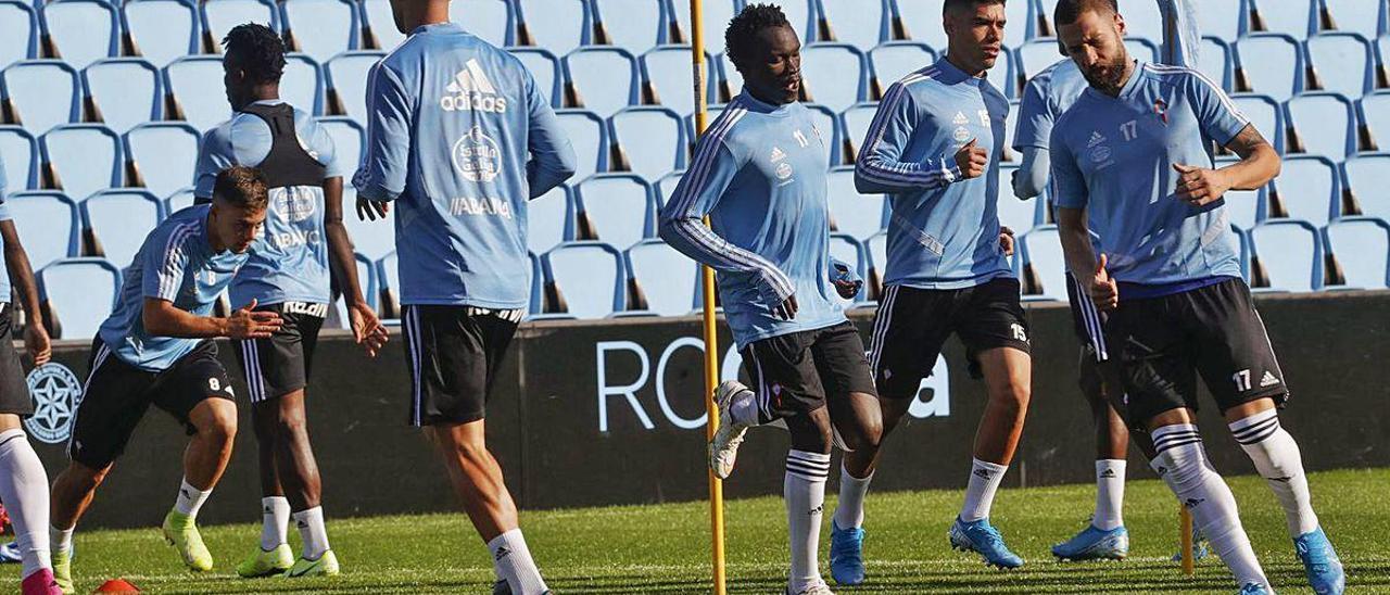 David Juncà (derecha) y Pione Sisto (centro), durante un reciente entrenamiento en Balaídos.