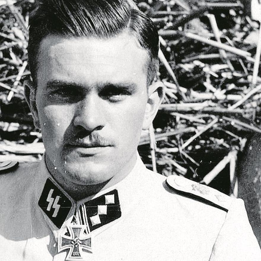 El oficial de las SS Gerd Bremer, vestido con el casacón blanco con el que paseaba por les Rotes de Dénia. levante-emv